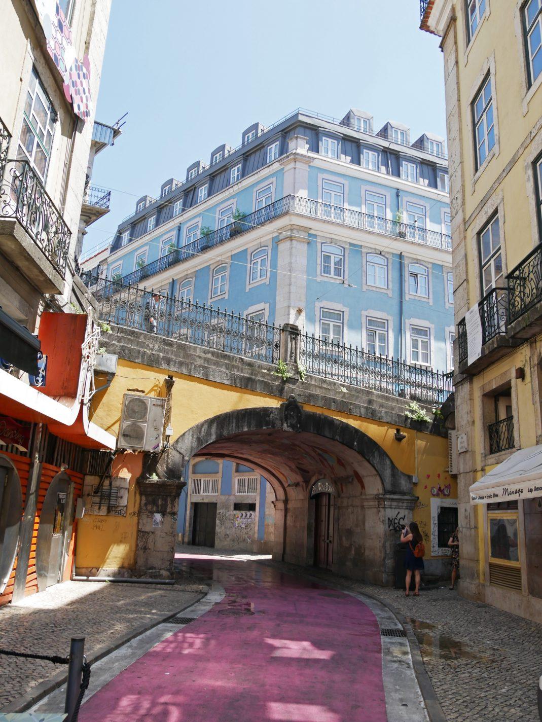 Kleurrijk straatje in het centrum van Lissabon