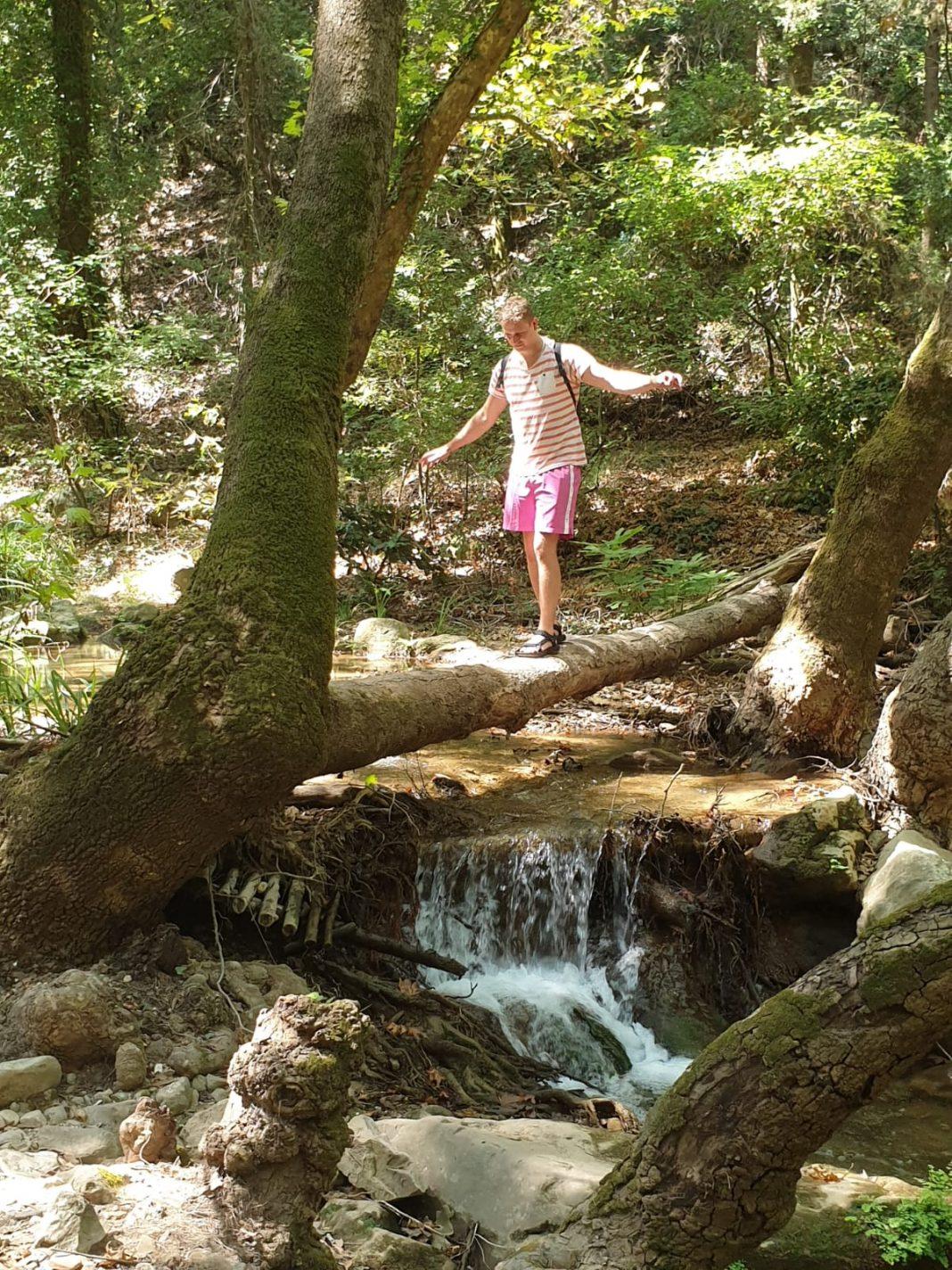 Wandelen naar de Potami Waterfalls